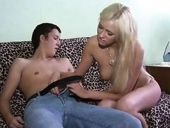 Молодая блондика соблазнила своего неопытного парня