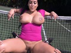 Теннисистка с огромными буферами оседлала поклонника на корте