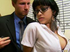 Грудастая секретарша распалила молодого босса