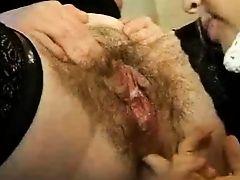 Зрелая лесбиянка с очень волосатой пиздой получает фистинг в жопу