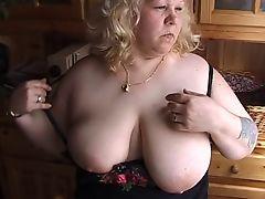 Старая жирная блядина с огромными отвисшими сиськами