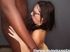 Молодая белая цыпочка берет в рот свой первый черный хуй
