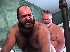 Старый толстый гей трахает бородатого друга