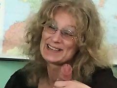Старая немка счастлива, что держит в руках твердый молодой хуй