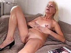 Старая лесбиянка лижет молодую цыпочку