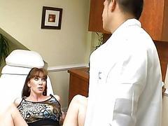 Гинеколог осмотрел симпатичную маму и трахнул ее
