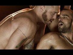 Красивые мускулистые геи трахаются в групповухе