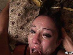 Изголодавшаяся сука насосалась и получила сперму на лицо