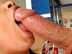 Страстная мамочка глубоко берет в рот большой член
