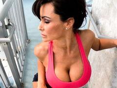 Глубокий анальный массаж для опытной Lisa Ann с огромными дынями