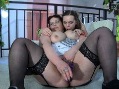 Зрелая и молодая лесбиянки Caroline M и Kitty A трахаются с дилдо