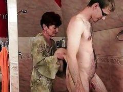 Худая бабка трахается в душе с молодым человеком