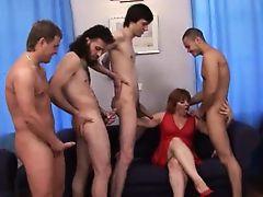 Старая русская мамаша обслуживает толпу молодых парней