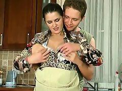 Русская мама соблазнила паренька на кухне