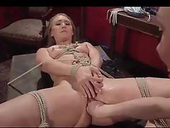 Госпожа лесбиянка фистингует связанную малышку
