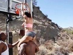 Озабоченная Lisa Ann трахается с огромными черными баскетболистами