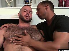 Черный мускулистый гей ласкает своего белого волосатого мужика
