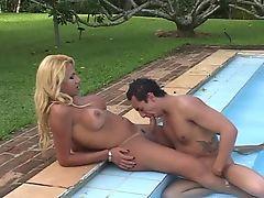 Парень сосет у блондина транссексуала в бассейне