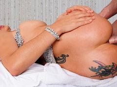 Ебет шикарную задницу татуированной телки