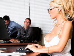 Молодые боссы готовы трахнуть соблазнительную секретаршу с шикарными сиськами