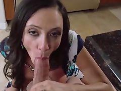 Потрясающая мама Ariella Ferrera сосет громадный хуй и принимает сперму на сиськи