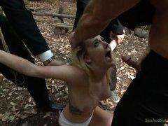 Толпа парней поймали блондинку и вставляют ей по очереди на природе