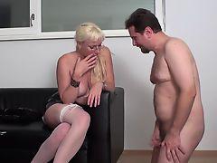 Опытная блондинка не ожидала получить маленький член у такого бугая