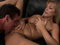 Молодой мужчина лижет гладкую киску зрелой леди и кончает на большие титьки