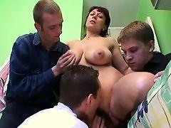 Молодые парни дрючат грудастую русскую мамулю с волосатой пиздой