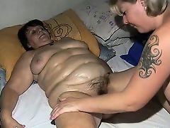 Опытная лесбиянка ласкает старую толстую подругу