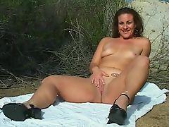 Похотливая мама ебется на пляже