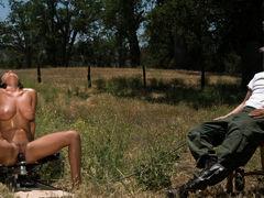 Грудастая красотка Charley Chase оседлала секс-машину на природе