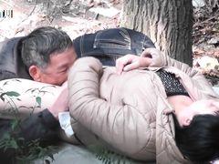 Похотливый папочка лижет юную щелку в лесу