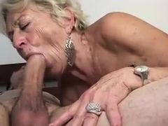 Старая бабка жадно заглатывает большой молодой член